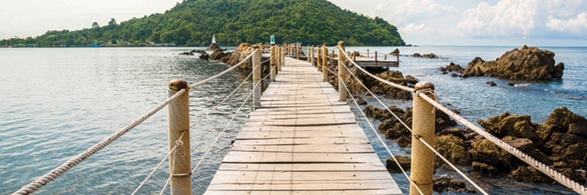 เดินสะพานไม้กลางทะเล ที่จุดชมวิวเจดีย์บ้านหัวแหลม จ.จันทบุรี